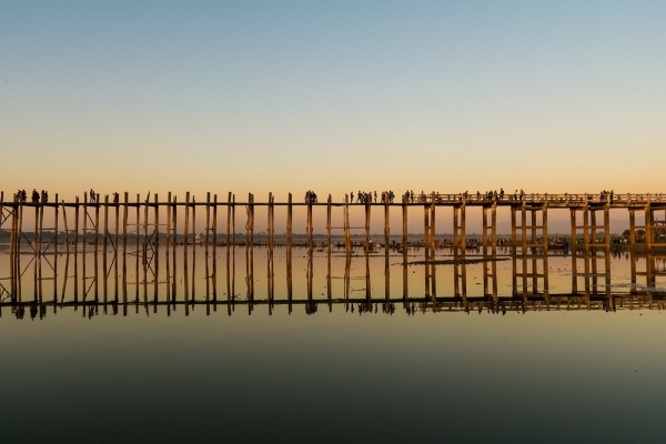 Most U Bein w czasie zachodu słońca