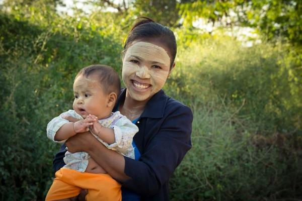 Tradycyjny birmański makijaż wykonany za pomocą thanaki