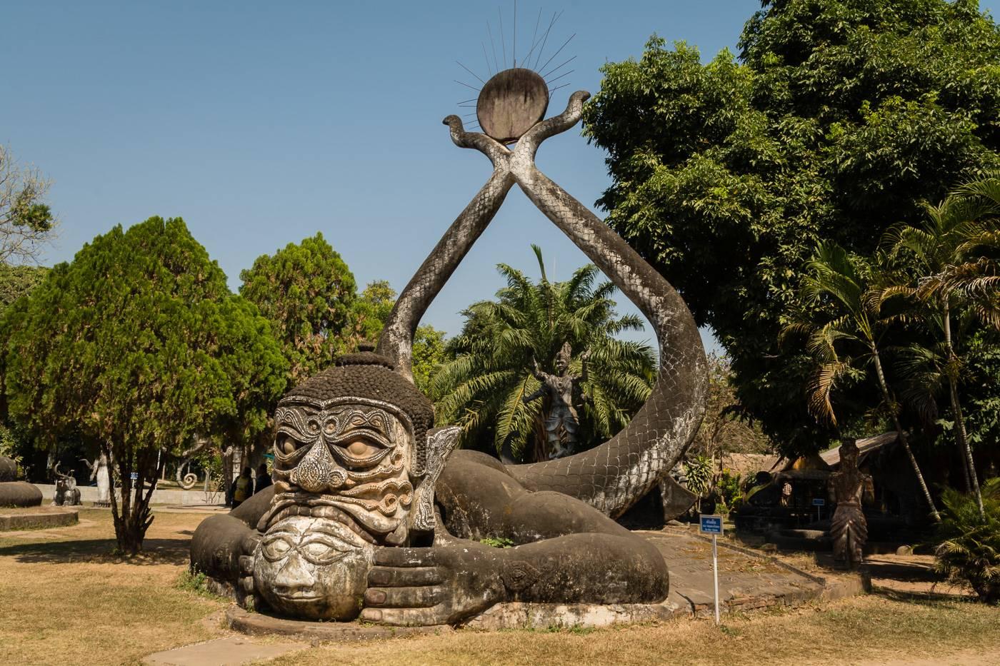 Jedna z dziwnych rzeźb w Buddha Park