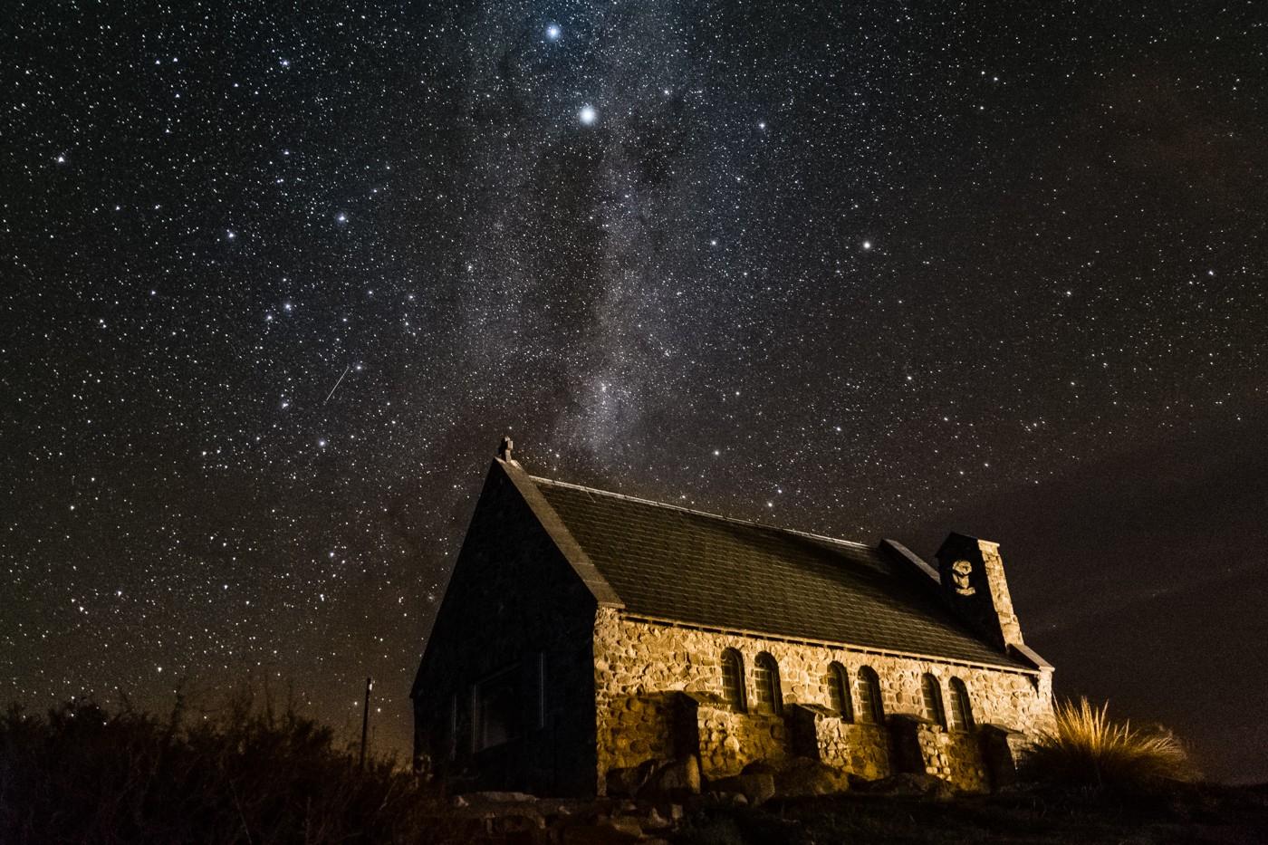 Kościół Dobrego Pasterza na tle gwiazd