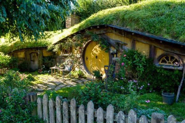 Domek z żółtymi drzwiami