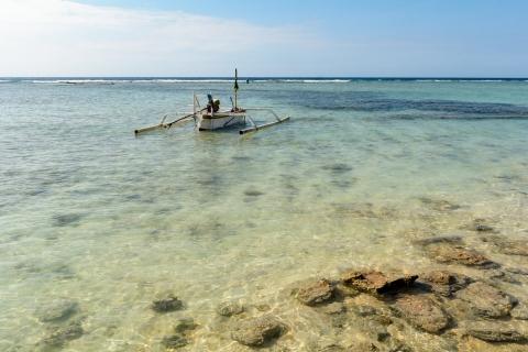 Łódka przy plaży na wyspie Gili Meno