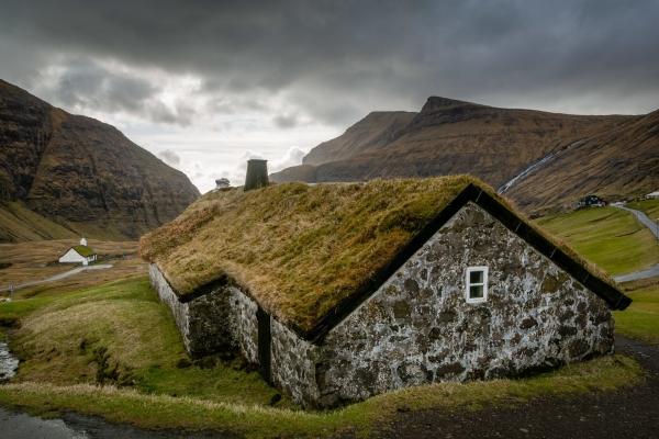 Dom z trawą na dachu w Saksun