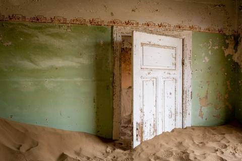 Zielone pomieszczenie w jednym z zasypanych piaskiem domów